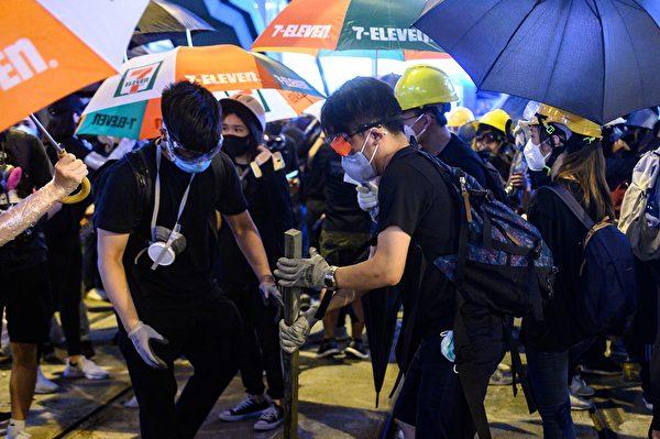 8月4日晚,大批示威者從其它地方轉移,聚集在銅鑼灣。(PHILIP FONG/AFP/Getty Images)