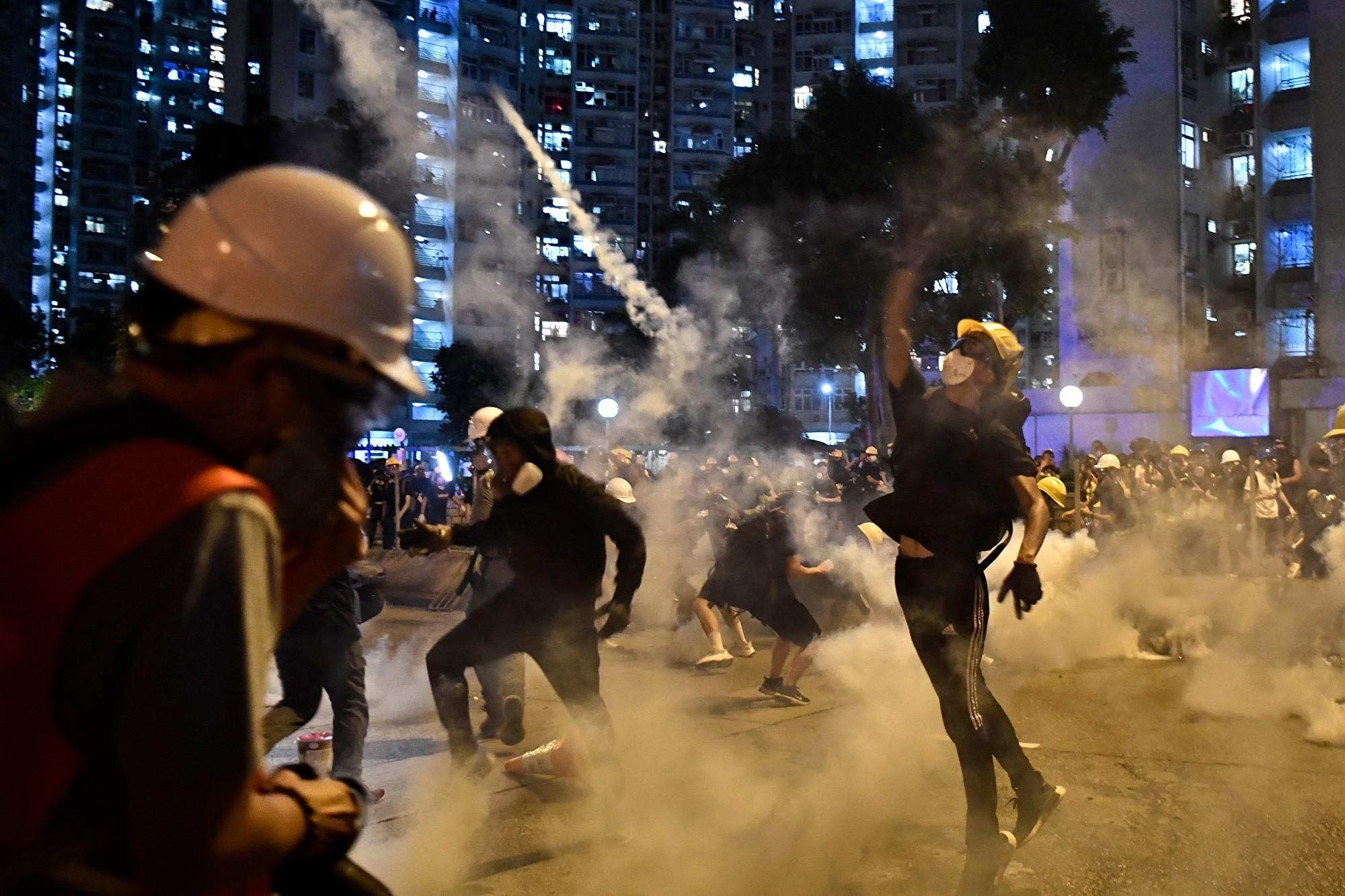 外媒:反制警方催淚彈 香港抗議人士有創意