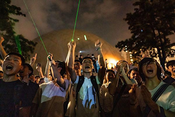 8月7日夜间,香港市民发起观星活动,抗议警方以涉嫌藏有攻击性武器,拘捕购买观星笔的浸大学生会会长方仲贤。