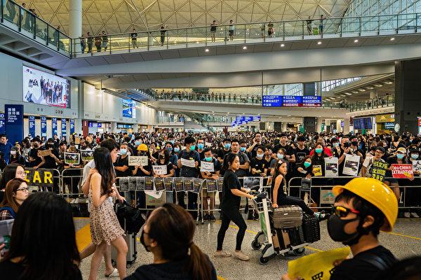 2019年8月9日,港民發起香港機場「萬人接機」反送中活動,參加者聚集在接機大堂。(Billy H.C. Kwok/Getty Images)