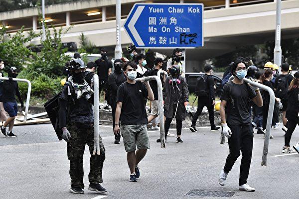 部份示威者抵達大圍,開始用鐵柵欄設置路障。(ANTHONY WALLACE/AFP/Getty Images)