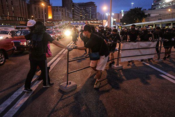 部份示威者在紅隧道九龍入口阻塞收費亭。(VIVEK PRAKASH/AFP/Getty Images)