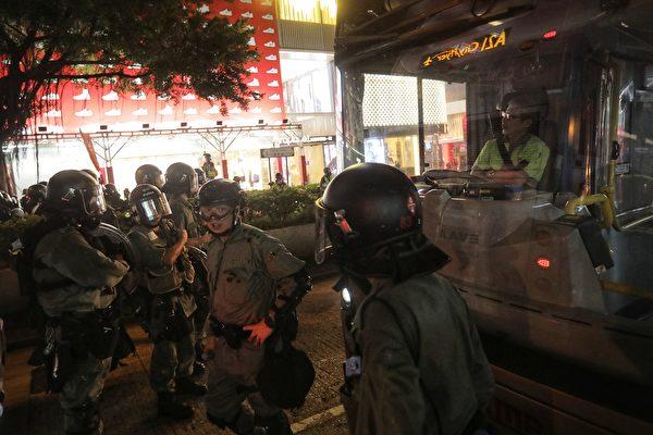8月10日晚,警察在驅趕尖沙咀的示威者,並抓人。(VIVEK PRAKASH/AFP/Getty Images)