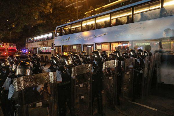 8月10日晚,警察在驅趕尖沙咀的示威者。(VIVEK PRAKASH/AFP/Getty Images)