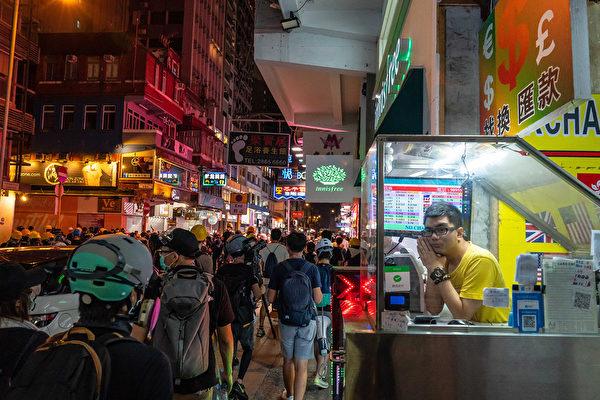2019年8月10日晚,示威者聚集尖沙咀。 (Billy H.C. Kwok/Getty Images)