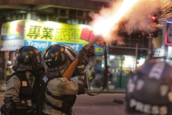 8月11日晚,大批示威者聚集在灣仔,警察放催淚彈驅趕。(VIVEK PRAKASH/AFP/Getty Images)