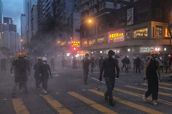 8月11日晚,大批示威者聚集在灣仔。(VIVEK PRAKASH/AFP/Getty Images)