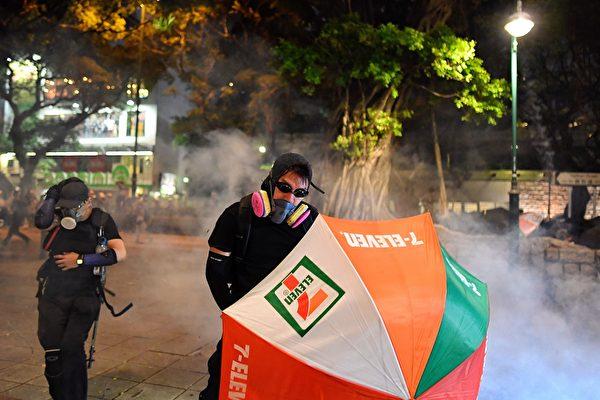 8月11日入夜,香港深水埠警方釋放催淚彈,示威者仍在抵制。 (MANAN VATSYAYANA/AFP/Getty Images)