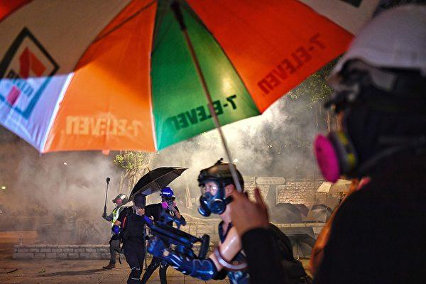 8月11日晚,警方在尖沙咀發射催淚彈。(MANAN VATSYAYANA/AFP/Getty Images)