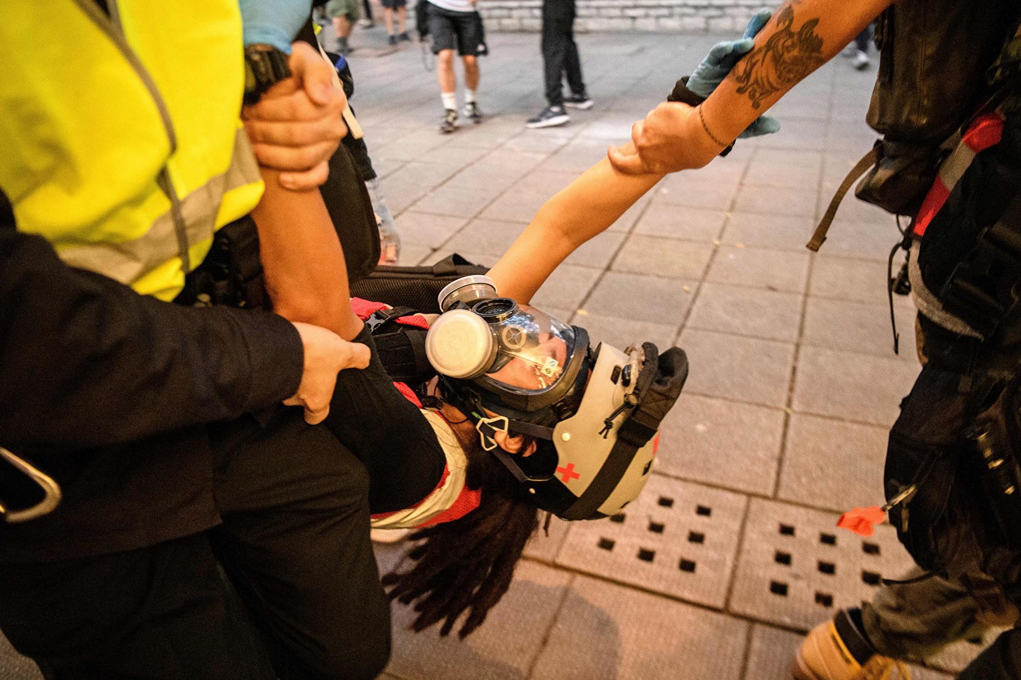 【8.11反送中組圖】港警瘋狂抓人 女孩嚴重受傷