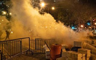 视频:催泪弹扰民 香港市民警署外怒斥警察