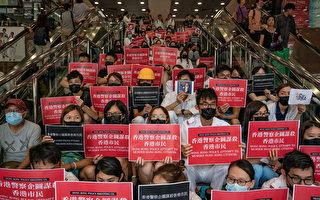 8月13日,大批港人繼續在機場抗議港警8.11施暴,手舉標語。