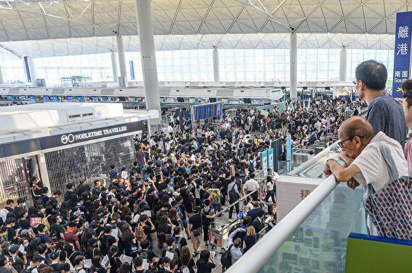 8月13日,大批港人繼續在機場抗議港警8.11施暴。 PHILIP FONG/AFP/Getty Images)