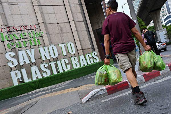 """美国城市下""""彩色塑料雨"""" 川普回应"""
