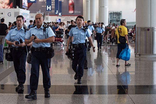 2019年8月14日,香港國際機場警察。( PHILIP FONG/AFP/Getty Images)