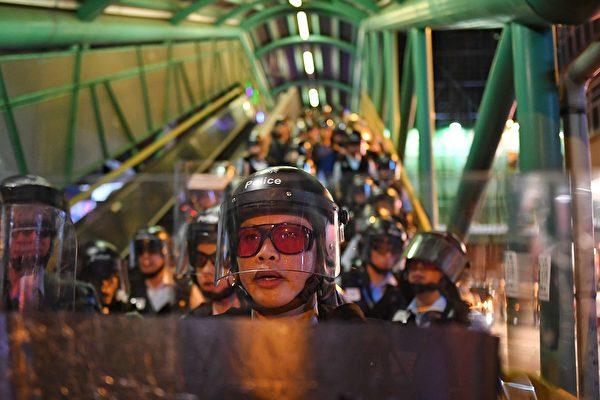 8月14日晚,大批防暴警來到深水埗防備集會人士。(MANAN VATSYAYANA/AFP/Getty Images)
