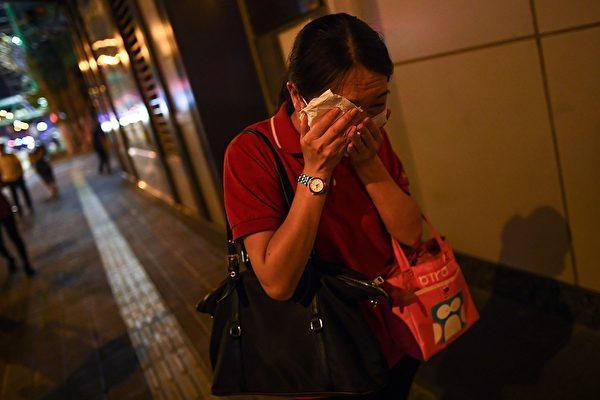 8月14日晚,香港深水埗,防暴警放多枚催淚彈,市民驚恐逃走。(MANAN VATSYAYANA/AFP/Getty Images)