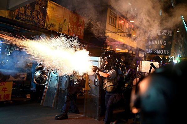 8月14日晚,香港深水埗,防暴警放多枚催淚彈。(MANAN VATSYAYANA/AFP/Getty Images)