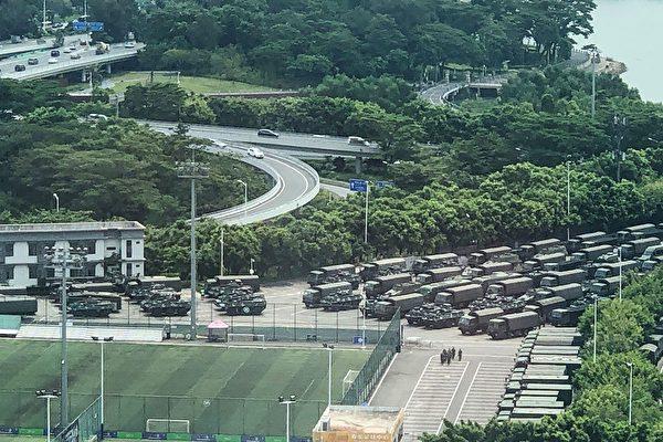 深圳灣體育中心外面停著許多裝甲車與卡車。(STR/AFP/Getty Images)