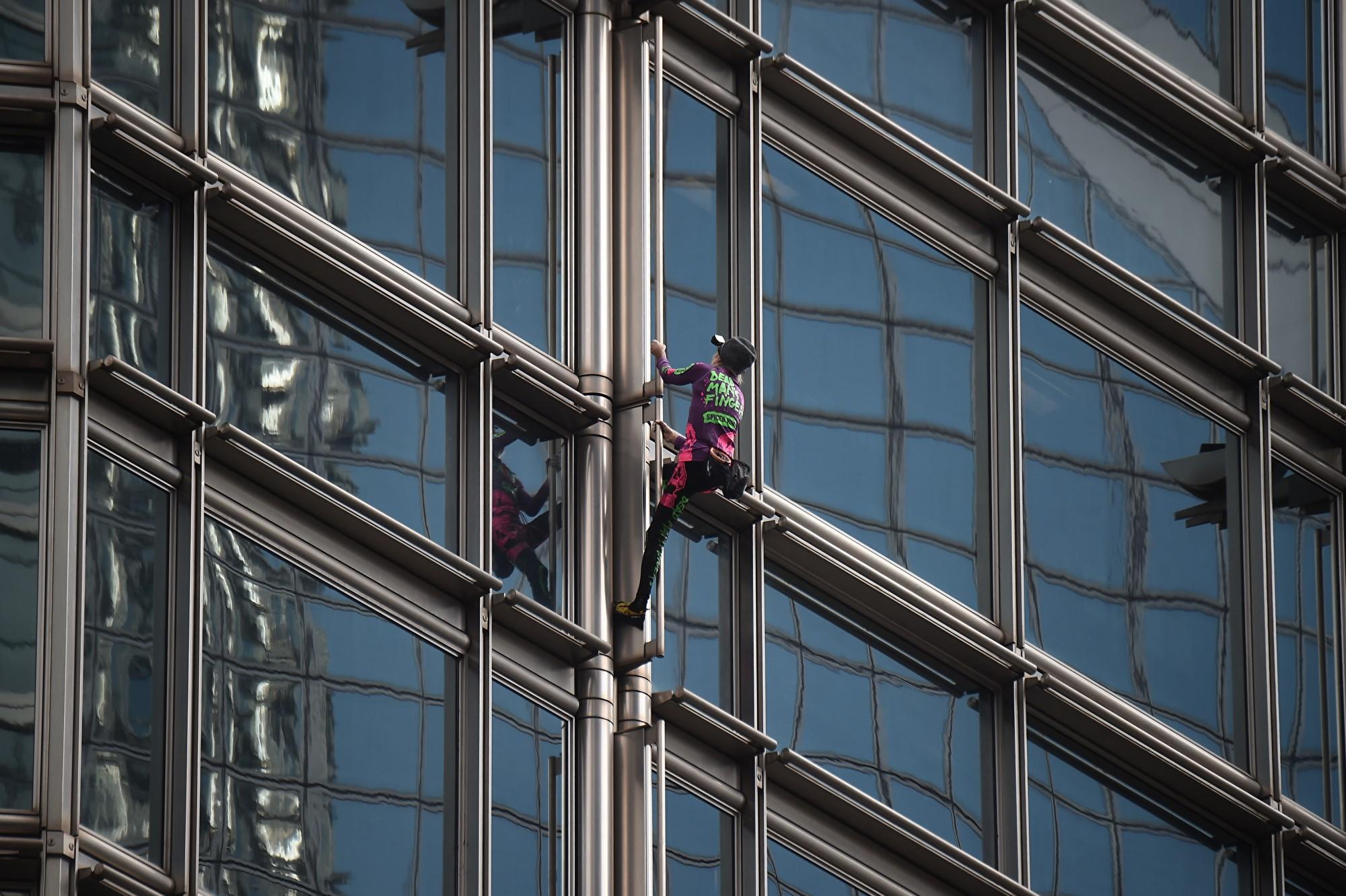 2019年8月16日,法國「蜘蛛人」羅伯特攀爬香港長江集團大樓。(LILLIAN SUWANRUMPHA/AFP/Getty Images)