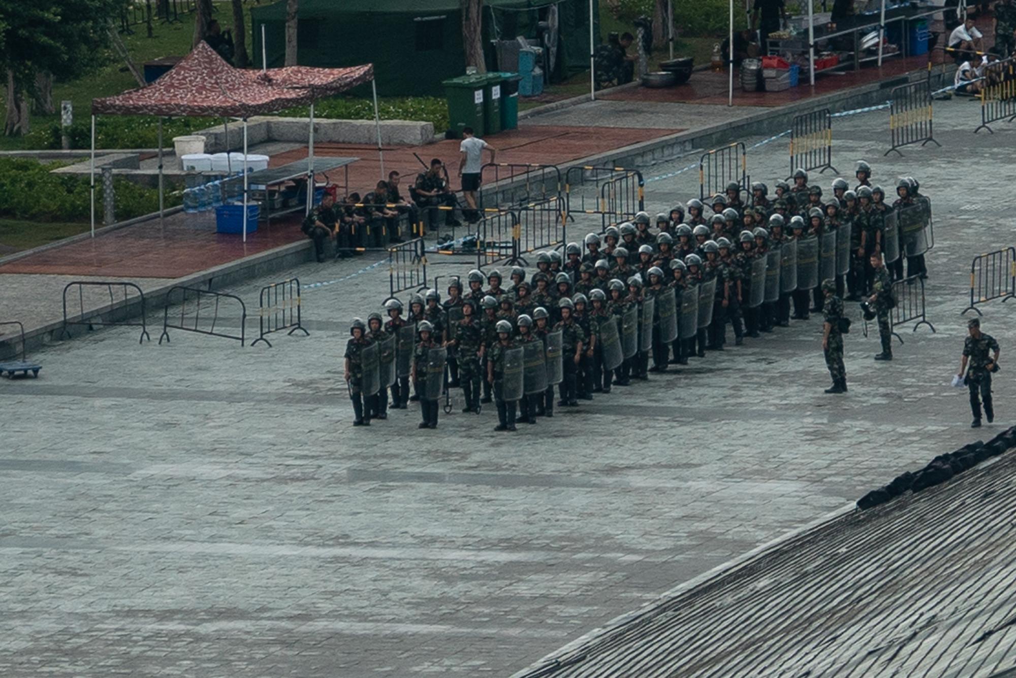中共武警模擬用巨型鋼叉對付香港抗議者