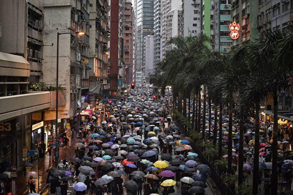 2019年8月18日,民陣發起維園集會,到傍晚,參與民眾沿著街道行走,還在不斷湧入維園。(LILLIAN SUWANRUMPHA/AFP/Getty Images)
