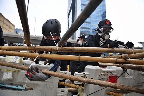2019年8月24日下午,牛頭角警署外,遊行人士設置路障。(LILLIAN SUWANRUMPHA/AFP/Getty Images)