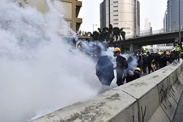 2019年8月24日下午,防暴警察在牛头角警署外释放催泪弹。(ANTHONY WALLACE/AFP/Getty Images)