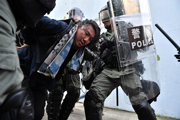2019年8月24日,牛頭角警署外的數名速龍小隊及其他警察抓捕遊行人士。(LILLIAN SUWANRUMPHA/AFP/Getty Images)