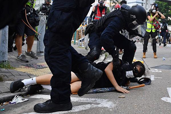 2019年8月24日, 牛头角警署外的数名速龙小队及其他警察抓捕游行人士。(LILLIAN SUWANRUMPHA/AFP/Getty Images)