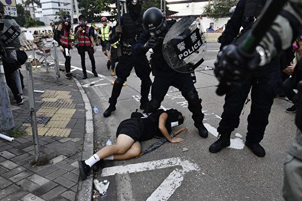 2019年8月24日,牛頭角警署外的數名速龍小隊及其他警察抓捕遊行人士。(ANTHONY WALLACE/AFP/Getty Images)