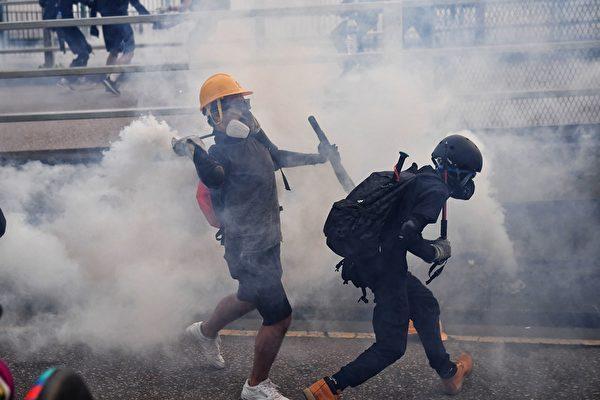 2019年8月24日,偉業街警方狂射催淚彈。(LILLIAN SUWANRUMPHA/AFP/Getty Images)