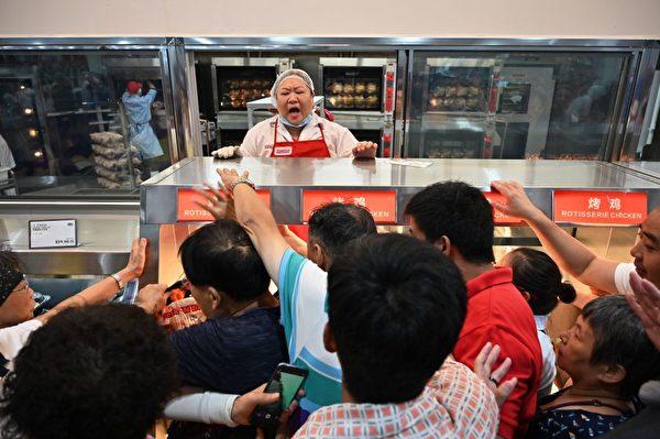 烤鸡前的人潮。( HECTOR RETAMAL/AFP/Getty Images)