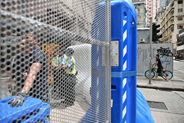 2019年8月31日,中聯辦門口被大型水馬圍封。(ANTHONY WALLACE/AFP/Getty Images)