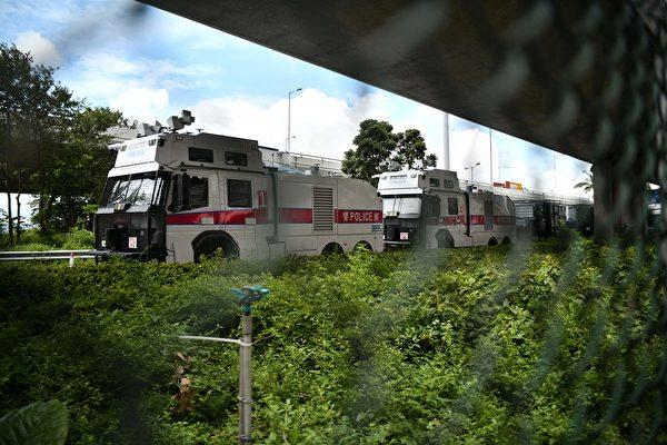 2019年8月31日,港警兩架水炮車在中聯辦附近戒備。(ANTHONY WALLACE/AFP/Getty Images)