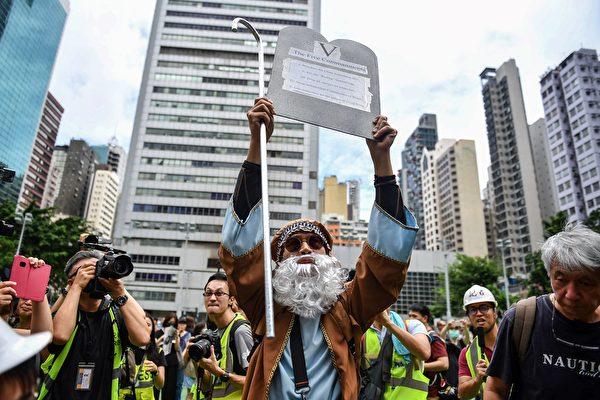 2019年8月31日宗教集會上,有人打扮成聖經人物摩西人士現身修頓球場。(LILLIAN SUWANRUMPHA/AFP/Getty Images)