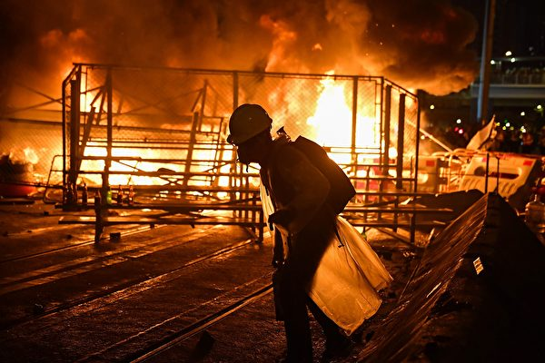 2019年8月31日,灣仔處有人燃燒雜物,火勢很大。(LILLIAN SUWANRUMPHA/AFP/Getty Images)
