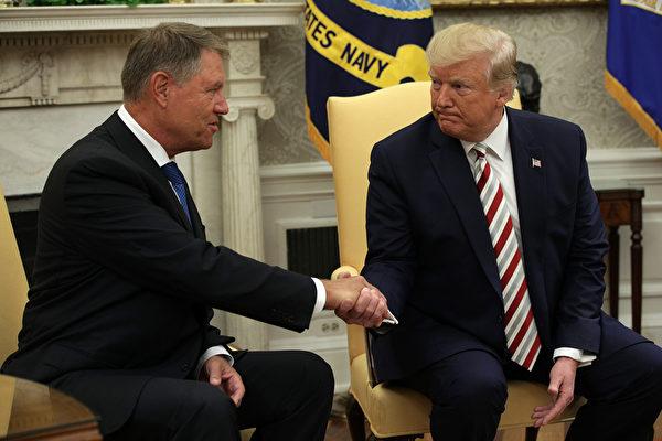 周二(8月20日)美國總統特朗普在和羅馬尼亞總理克拉斯‧伊爾哈尼斯(Klaus Iohannis)在白宮舉行雙邊會議。(Alex Wong/Getty Images)
