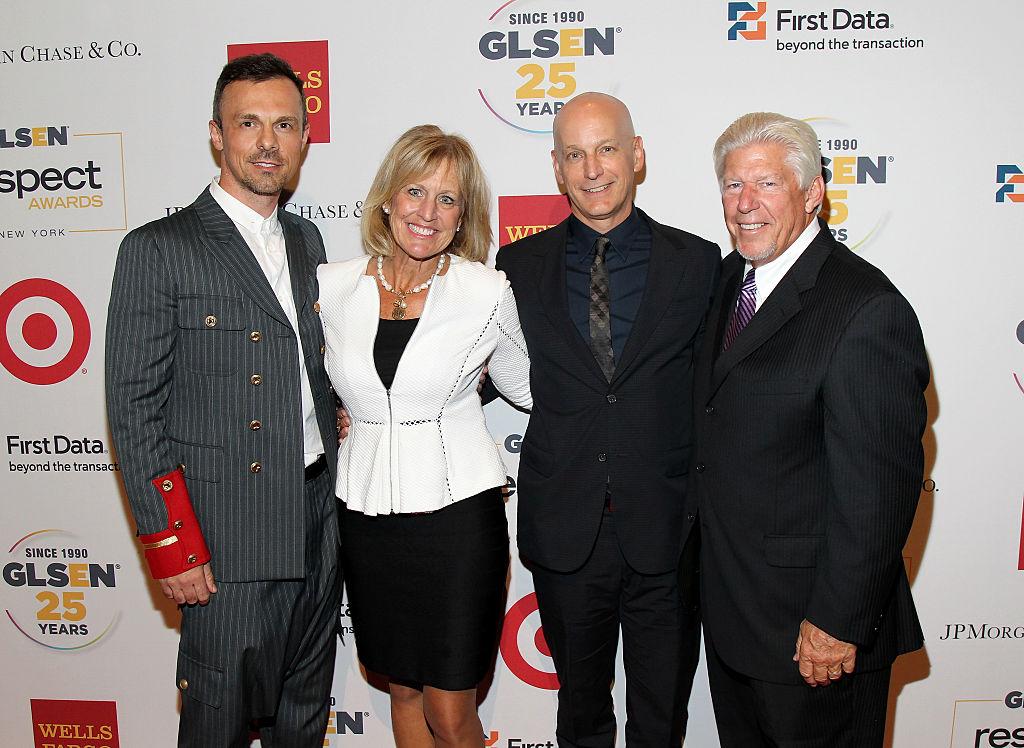 史賽克家族成員朗達‧史賽克(Ronda Stryker,左二)、喬恩‧史賽克( Jon Stryker,右二)。 (Bennett Raglin/Getty Images for GLSEN)