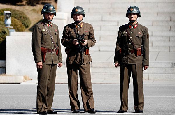 2017年10月27日,時任美國國防部長馬蒂斯(Jim Mattis)訪問板門店時,多名北韓士兵對南韓這一側進行觀察。(Jeon Heon-Kyun-Pool/Getty Images)