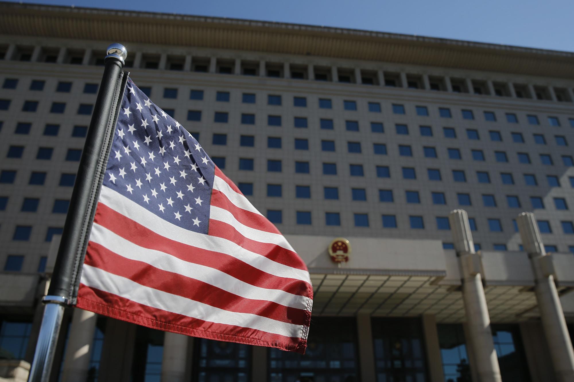 美國律師、總統前顧問和普立茲獎得主均表示支持特朗普和中共打貿易戰,因為只有強硬才能迫使中共改變不公貿易行為。(THOMAS PETER/AFP/Getty Images)