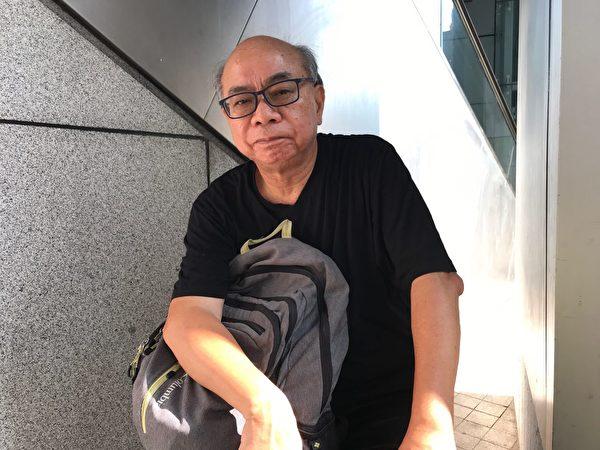 70歲市民鍾先生忍受腿痛之苦走出來。(大紀元)