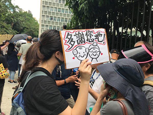 有年輕人製作心意卡,對長者的支持表示感謝。(大紀元)