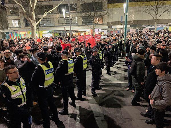 2019年8月16日晚,援港人士在墨爾本舉行集會,受到大批親共示威者騷擾。(Rebel Jom/大紀元)