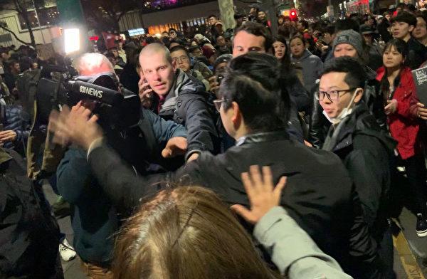 2019年8月16日晚,援港人士在墨爾本舉行集會,受到大批親共示威者騷擾。圖為一名親共男子攻擊媒體攝影師。(Rebel Jom/大紀元)