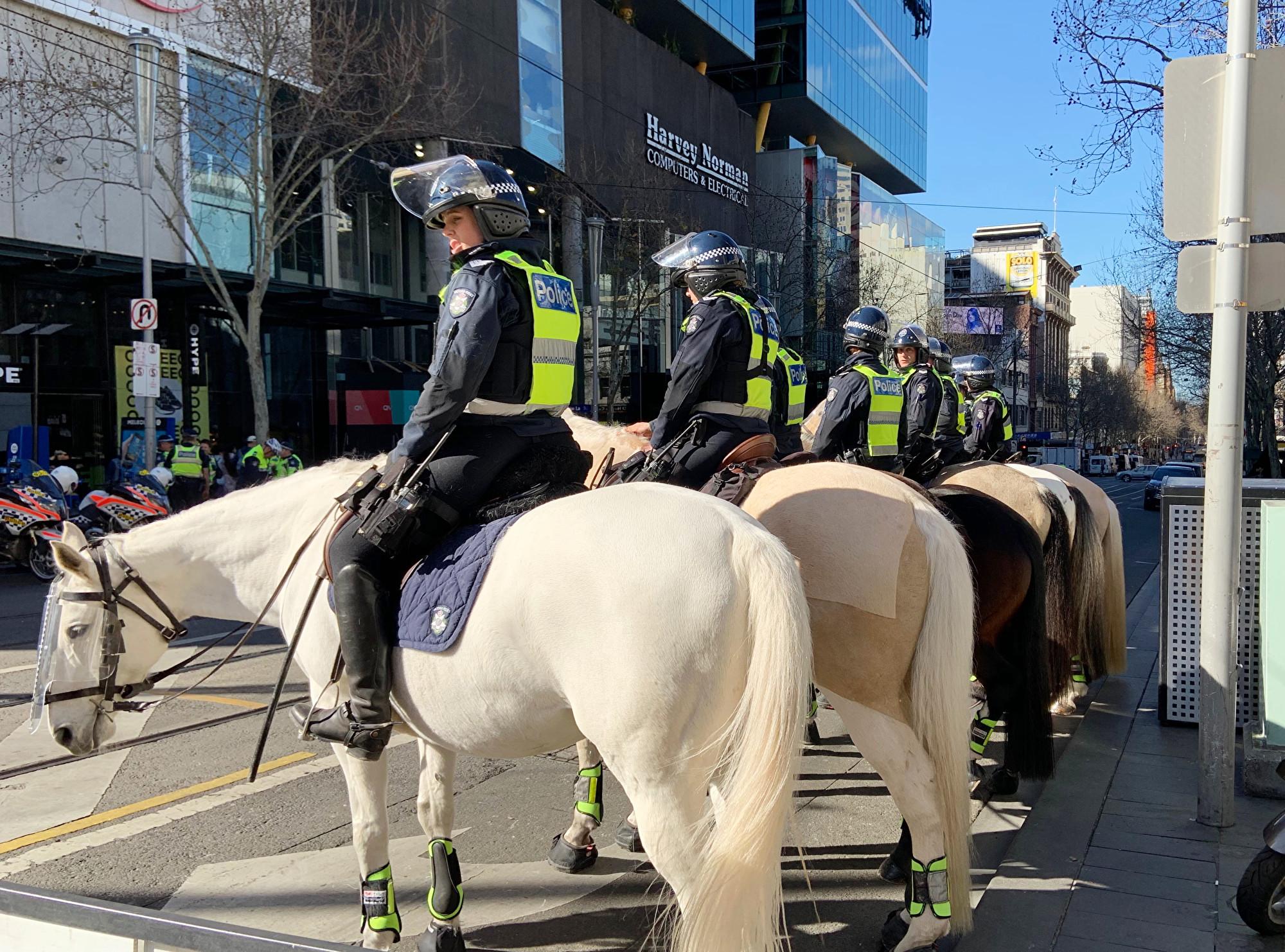 集會期間,數名騎警部署在Swanston St街與Lt Lonsdale St街交叉路口。(Rebel Jom/大紀元)