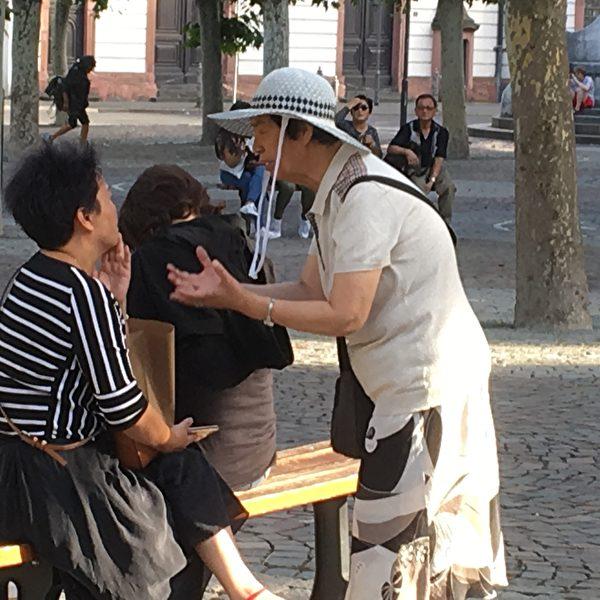 2019年7月中旬,潘淑珍在法蘭克福保羅廣場上給一位中國女士講真相。(大紀元)