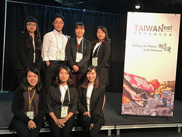 图:台湾搭侨计划第三年,8名台湾佼佼学子抵达温哥华,体验海外环境与侨胞生活情形,他们表示收获甚多。(邱晨/大纪元)