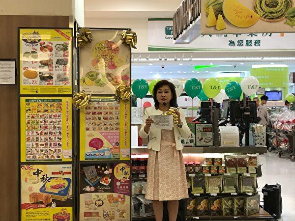 圖:第二屆台灣蔬果節正在卑詩與亞省展開,免費品嚐與購買來自「水果王國」台灣的優質蔬果。(邱晨/大紀元)