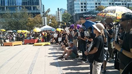 2019年8月3日,千名溫哥華人在藝術館前集會,支持香港年輕示威者反送中,要雙普選。(李樂/大紀元)